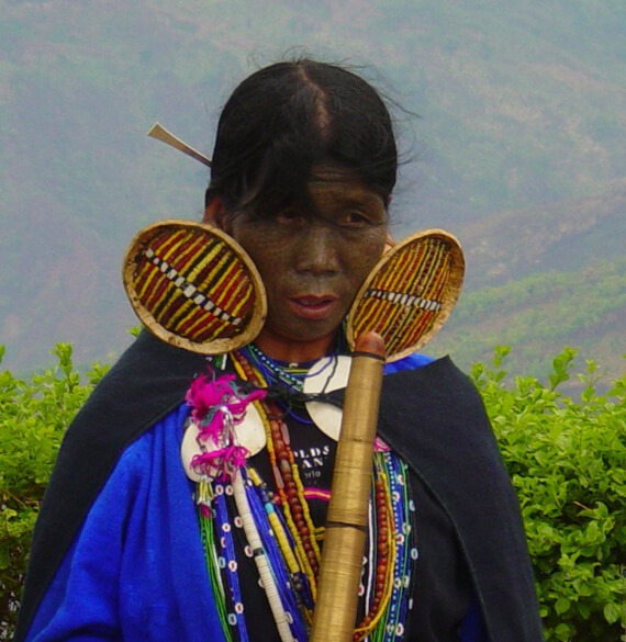 a chin woman wearing traditional wear
